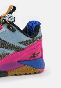 Reebok - NANO X1 TR ADVENTURE NATIONAL GEOGRAPHIC - Sportschoenen - gable grey/bright cobalt/pursuit pink - 5
