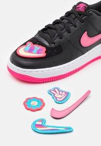 Nike Sportswear - AF1/1 BG UNISEX - Sneakers laag - black/hyper pink - 5