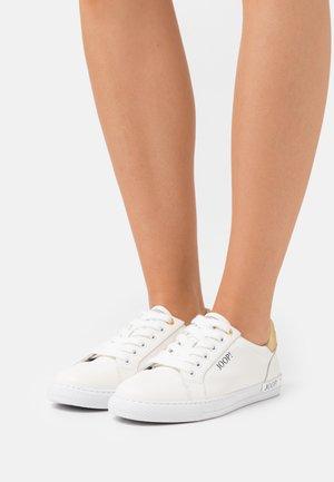 GIORNO CARLA  - Sneakersy niskie - gold