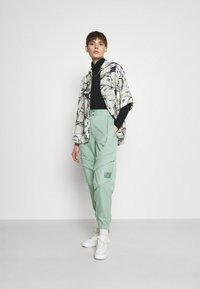 Jordan - ESSEN UTILITY PANT - Cargo trousers - steam - 1