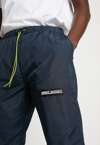 Night Addict - NARUSS - Tracksuit bottoms - navy/neon yellow - 4
