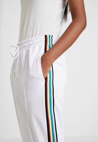 Urban Classics - DAMEN LADIES SIDE TAPED TRACK PANTS - Tracksuit bottoms - white - 4