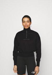 Calvin Klein Jeans - BACK REFLECTIVE LOGO HALF ZIP - Sweatshirt - black - 0