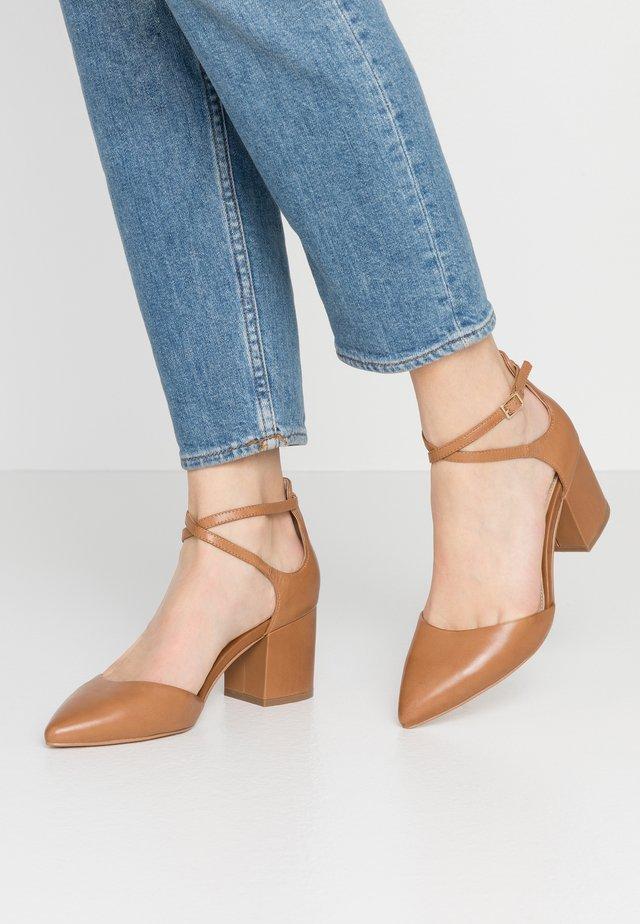 BROOKSHEAR - Classic heels - cognac