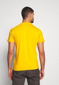 Napapijri - SOLANOS - T-shirt med print - mango yellow - 2