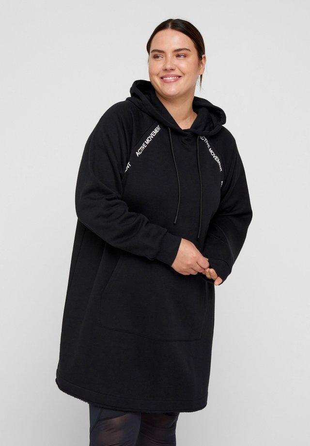 MIT KAPUZE UND TASCHE - Vapaa-ajan mekko - black