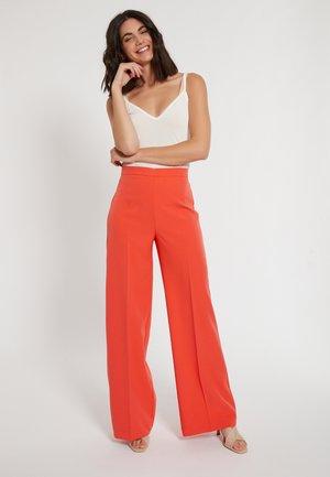 HOSE DASINEA - Trousers - orange