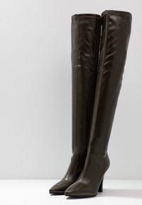 NA-KD - GRAPHIC BOOTS - Boots med høye hæler - dark green - 4
