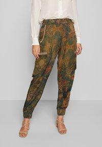 Desigual - PANT CORFU - Pantalon classique - verde bosque - 0