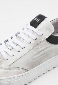 Steve Madden - STROY - Sneakersy niskie - white - 5