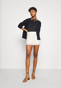 Vero Moda - VMOLEA - Shorts - birch - 1