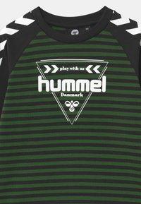 Hummel - KENJI UNISEX - Long sleeved top - greener pastures - 2