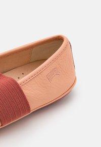 Camper - RIGHT - Baleríny s páskem - pastel pink - 5