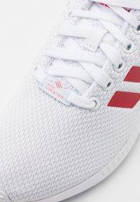 adidas Originals - ZX FLUX UNISEX - Matalavartiset tennarit - footwear white/scarlet - 5