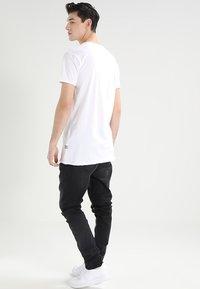 CHASIN' - EXPAND - Basic T-shirt - white - 2