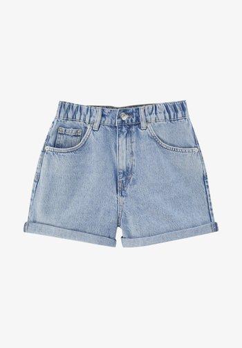 MIT GUMMIZÜGEN - Jeans Shorts - light blue