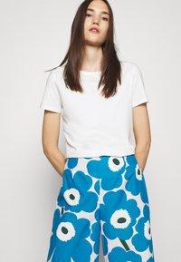 Marimekko - UNEKSUU PIENI UNIKKO TROUSERS - Trousers - blue/black/off-white - 3