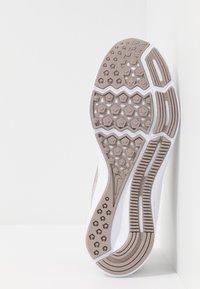 Nike Performance - DOWNSHIFTER  - Neutrální běžecké boty - vast grey/rust pink/pumice/white - 4