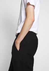 Folk - DRAWCORD ASSEMBLY PANT - Trousers - soft black - 3