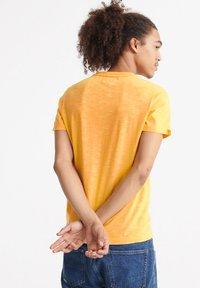 Superdry - VINTAGE CREW - Basic T-shirt - nautical yellow - 2