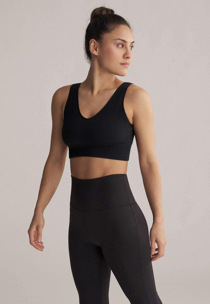 OYSHO - WITH STRATEGIC SUPPORT  - Medium support sports bra - black
