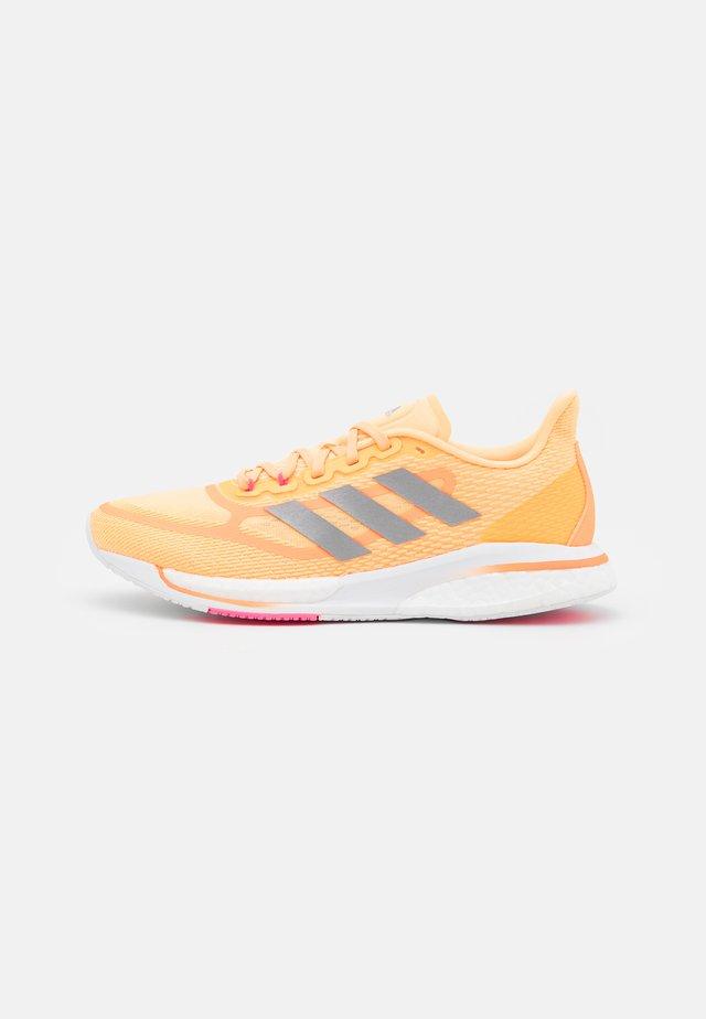 SUPERNOVA +  - Neutrální běžecké boty - aciora/silver metallic/screaming pink