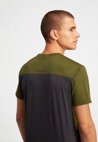 ASICS - Print T-shirt - graphite grey/smog green - 2