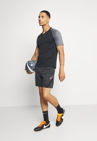 Nike Performance - DRY ACADEMY SHORT - Korte sportsbukser - dark smoke grey heather/black/hyper pink - 0