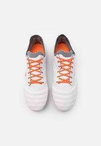 Umbro - TOCCO PRO FG - Kopačky lisovky - white/carrot/frost gray - 3