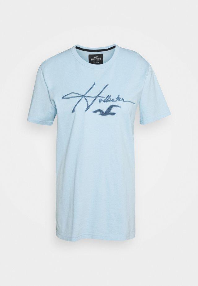 TECH MICRO SCRIPT - Camiseta estampada - mid blue
