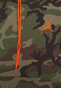 Jordan - JUMPMAN AIR CAMO - Felpa con cappuccio - medium olive - 4