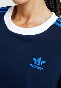 adidas Originals - T-shirt med print - collegiate navy - 5