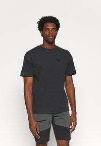 pinqponq - UNISEX - T-shirt basic - peat black - 0