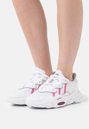 OZWEEGO  - Sneakers - footwear white/rose tone/victory crimson