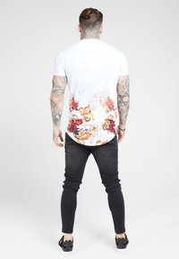 SIKSILK - CURVED HEM FADE TEE - T-shirt con stampa - white - 2
