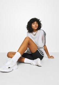 adidas Originals - SPORTS INSPIRED SHORT SLEEVE TEE - T-shirts med print - lgh solid grey - 3