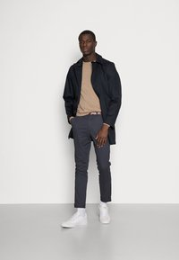 Selected Homme - SLHSLIM JAMERSON PANTS - Chinosy - blue nights - 1