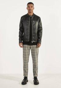 Bershka - BIKERJACKE AUS KUNSTLEDER 01291109 - Leather jacket - black - 1