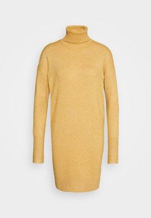 VMBRILLIANT ROLLNECK DRESS - Strikkjoler - buckthorn brown melange