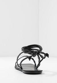 Lost Ink Wide Fit - STRAP DETAIL ANKLE WRAP FLAT - Sandaalit nilkkaremmillä - black - 5