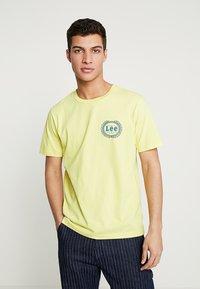 Lee - EMBLEM TEE - Print T-shirt - yellow sign - 0