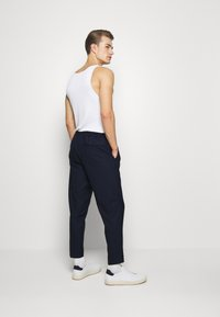Selected Homme - SLHSLIMTAPE JAX CROP PANTS - Pantaloni - navy - 2