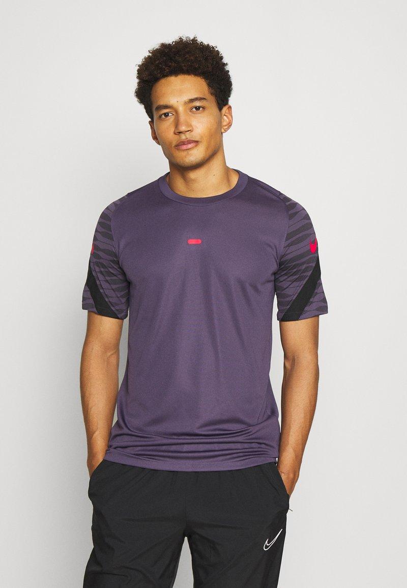 Nike Performance - DRY STRIKE 21 - Camiseta estampada - dark raisin/black/siren red