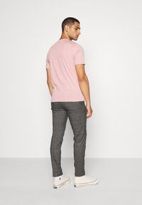 Isaac Dewhirst - CHECKED TROUSER FLAT FRONT - Broek - grey - 2