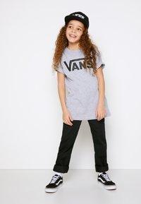 Vans - BY VANS CLASSIC BOYS - T-shirt print - athletic heather/black - 1