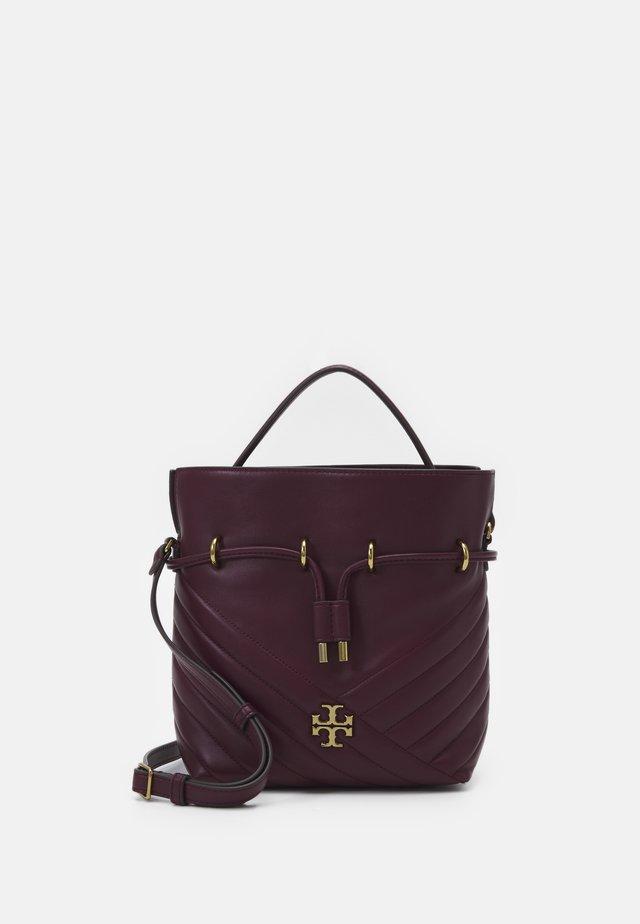 KIRA CHEVRON MINI BUCKET BAG - Bolso de mano - imperial garnet