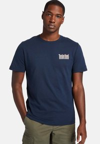 Timberland - STACKED TEE - Print T-shirt - dark sapphire - 0