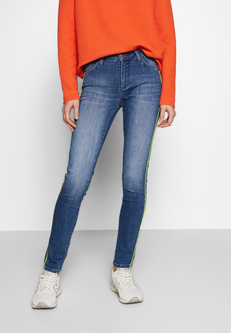 Rich & Royal - MIDI NEON PIPING - Slim fit jeans - denim blue