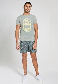 Shiwi - TROPICS PLACED PRINT - Print T-shirt - miami pistache - 1