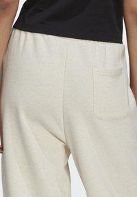 adidas Originals - R.Y.V. JOGGERS - Pantalones deportivos - white - 4